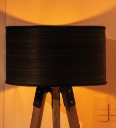 Abajur de Chão Sala Quarto Tripé Madeira Cedro Eros c/ Cúpula Preta - Bivolt - E-LED BRASIL